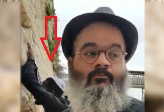 حرکات عجیب مرد جوان پای دیوار ندبه تعجب صهیونیستها را هم برانگیخت! + فیلم