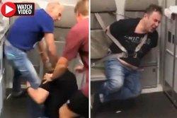 اقدام خطرناک پزشک مست برای باز کردن درب هواپیما! +فیلم