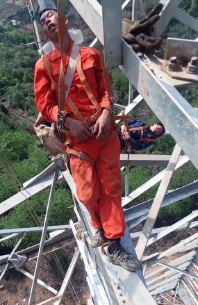 انتشار ویدئویی سرگیجه آور از چرت زدن کارگران روی دکل ۱۰۰ متری برق+تصاویر