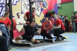 لحظه دلخراش شکسته شدن پای یک ورزشکار در مسابقات پاورلیفتینگ + فیلم