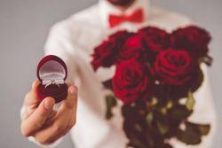 شیوههای عجیب و غریب ازدواج سلبریتیها / از خواستگاری ۵ صبح تا ازدواج زیر آب! + تصاویر