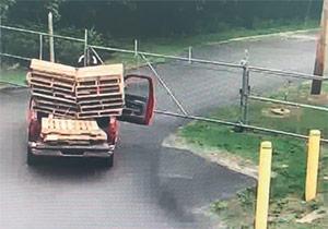 تلاش مضحکانه دو کارگر برای عبور از حصار وسط جاده + فیلم