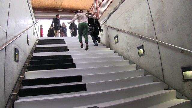 پلههای مترو در سوئد، انگیزهای زیبا برای استفاده نکردن از پله برقی+فیلم