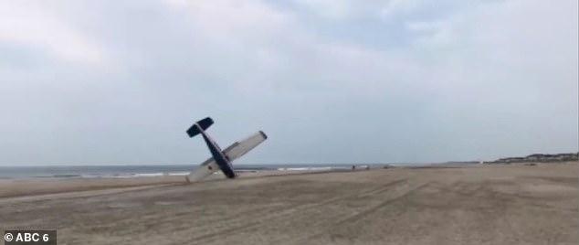 لحظه فرود اضطراری هواپیما در ساحل دریا! + فیلم////