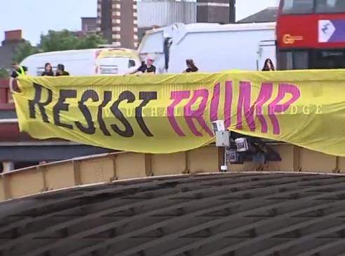 آغاز اعتراضات ضدترامپی در انگلیس همزمان با ورود رئیس جمهور آمریکا به کاخ باکینگهام+ تصاویر