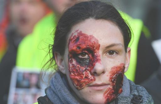 شیوه جدید اعتراض فرانسویها به خشونتهای پلیس این کشور+ تصاویر
