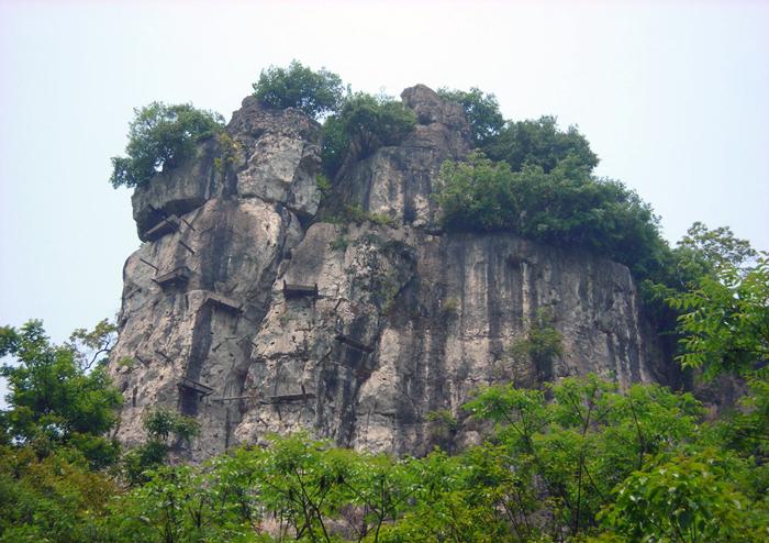 هولناکترین جای دنیا که رفتن به آن جرات میخواهد / ماجرای مردههای آویزان از کوهها چیست؟