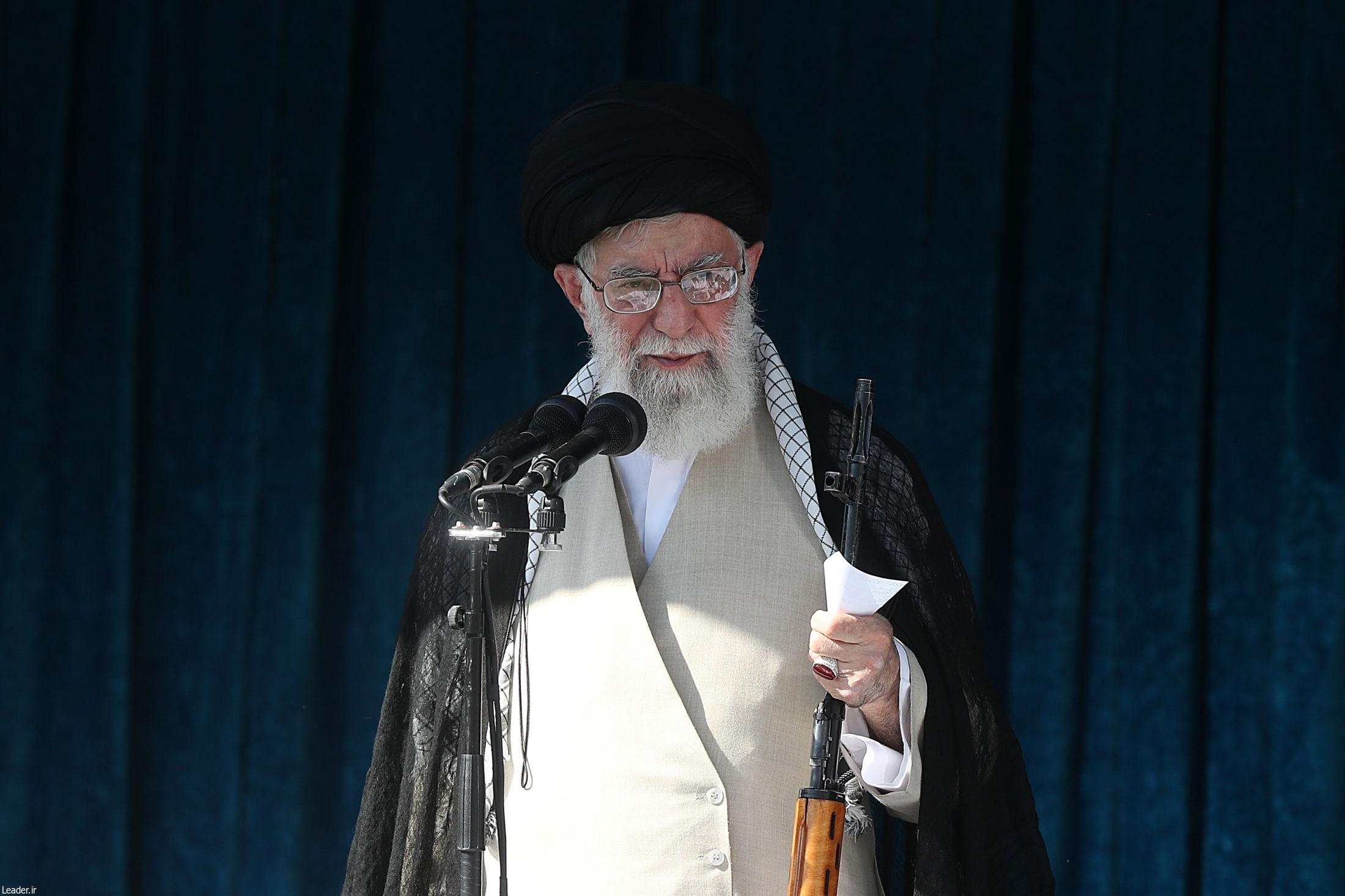 اسلحه رهبر انقلاب در نماز عید فطر +تصاویر