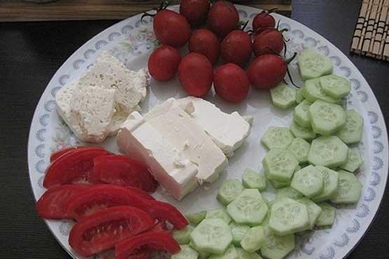 خوردن پنیر با گوجه و خیار ممنوع!