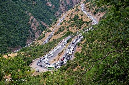مسافران در ترافیک جاده چالوس