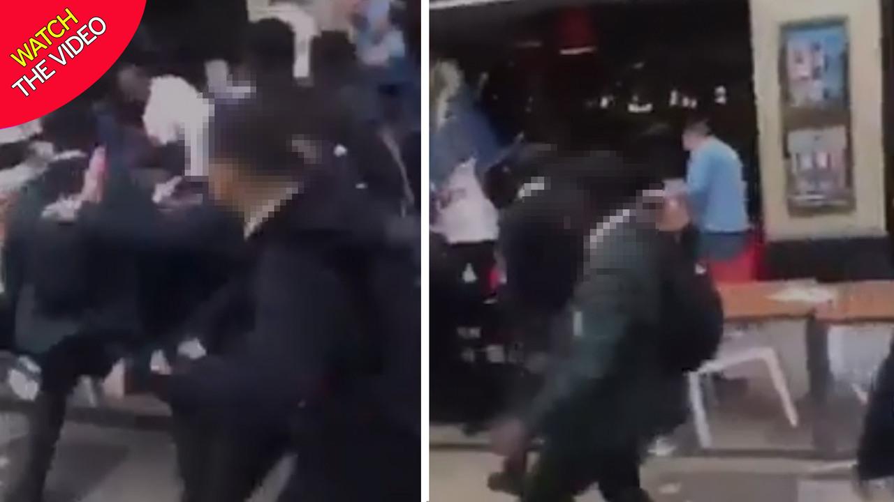 لحظه حمله دسته جمعی دانش آموزان به افراد محلی! + فیلم///