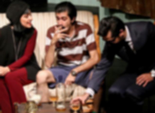 سرو مشروبات الکلی روی صحنه تئاتر! +تصاویر