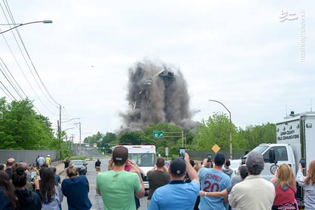تصاویر وحشتناک از تخریب برج قدیمی در چند ثانیه