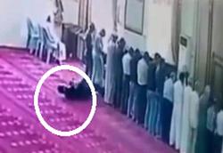 لحظه جاندادن نمازگزار روزهدار در مسجد +فیلم