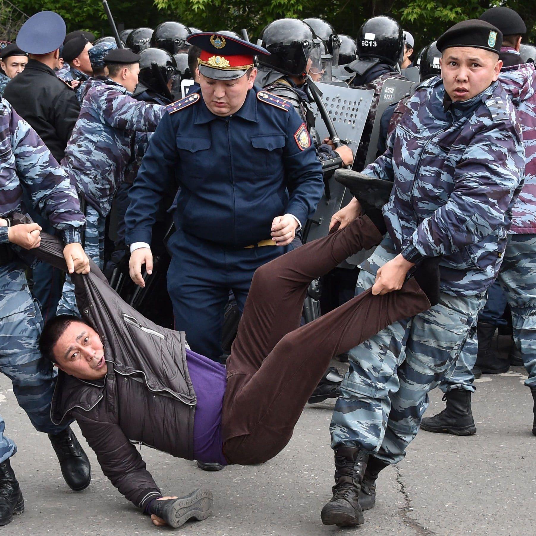 تصاویر روز: از طلوع وهم انگیز خورشید برفراز «استونهنج» تا تظاهرلت در چین و قزاقستان