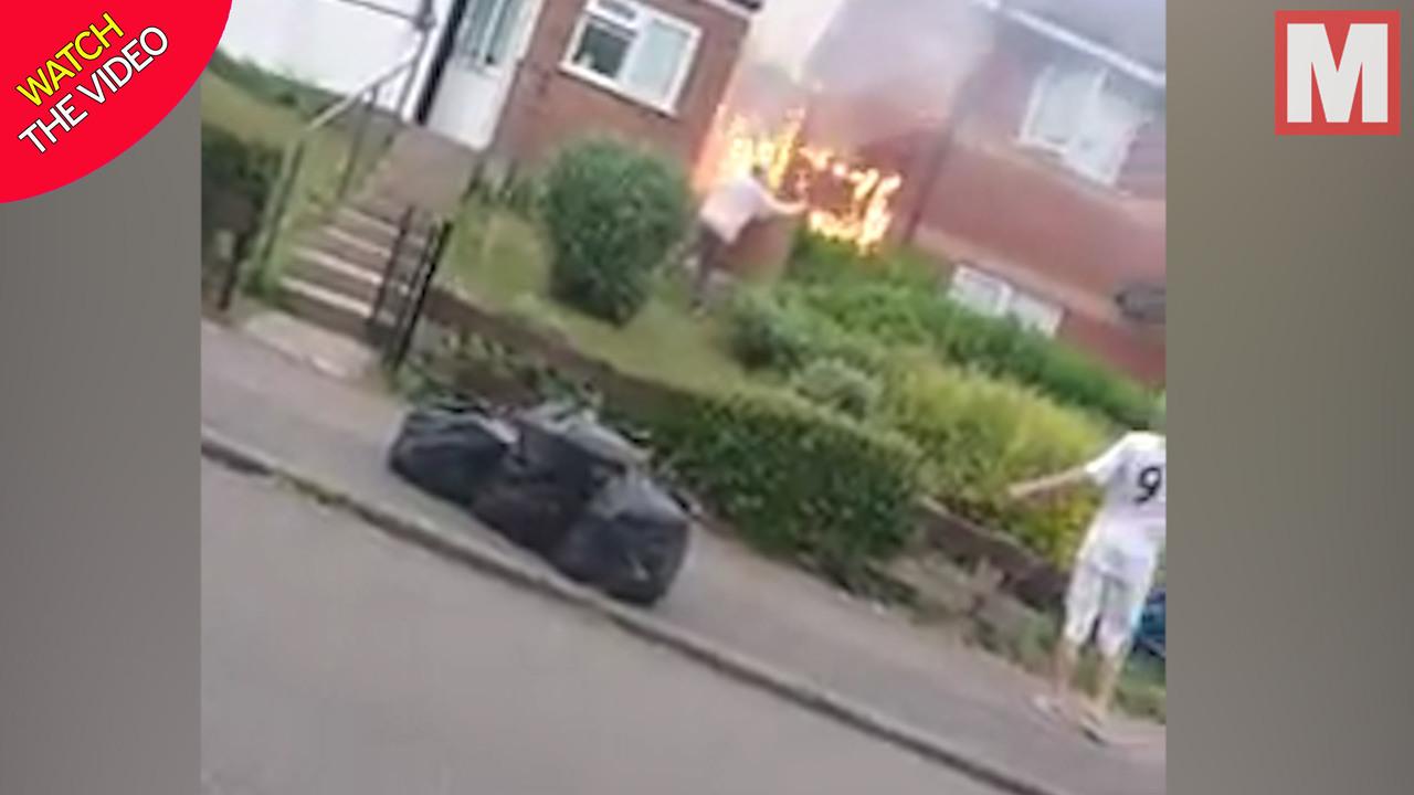 اقدام عجیب دو همسایه حین آتش گرفتن خانه! + فیلم///