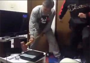 پدری که با پتک، دستگاه بازی فرزندش را نابود کرد! + فیلم