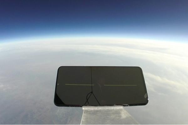 آزمایش مقاومت گوشی اوپو iQOO با سقوط از ارتفاع 31000 متری! +فیلم