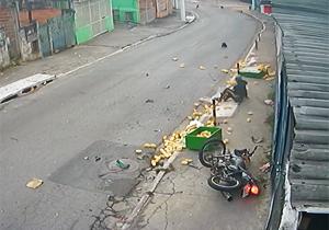 متلاشی شدن بار موتورسیکلت پس از تصادفی وحشتناک با خودروی سواری + فیلم