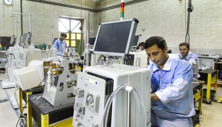 در مراسم رونمایی از دستگاه همودیالیز نسل ۵ تولید داخل در نمایشگاه ایران هلث: