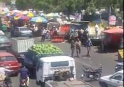 تصرف بزرگراه بعثت توسط میوه فروشها + فیلم