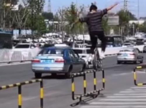 نمایش خطرناک تکچرخ سوار در خیابان +فیلم