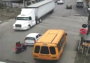 لحظه وقوع تصادفی وحشتناک میان قطار، کامیون، خودروی سواری و موتور + فیلم
