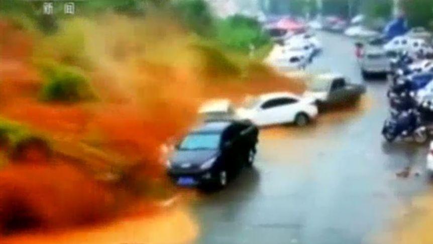 غافلگیر شدن رانندگان از رانش زمین ناگهانی + فیلم///