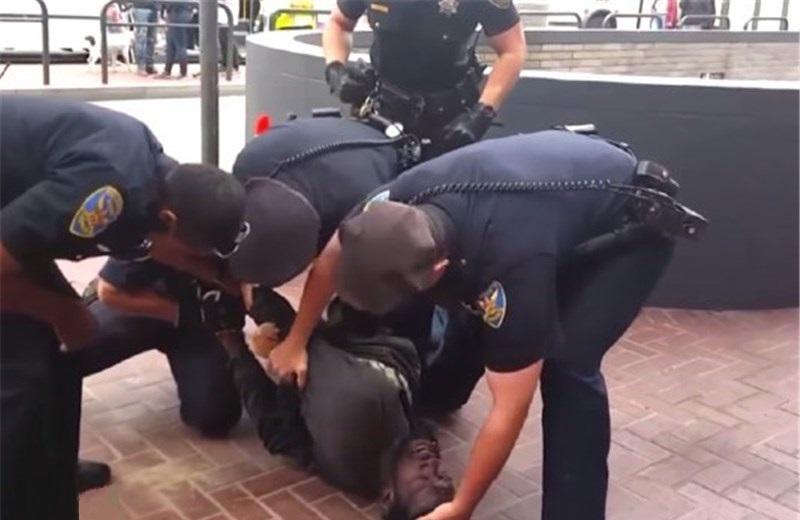 برخورد خشونت آمیز پلیس آمریکا با یک سیاه پوست