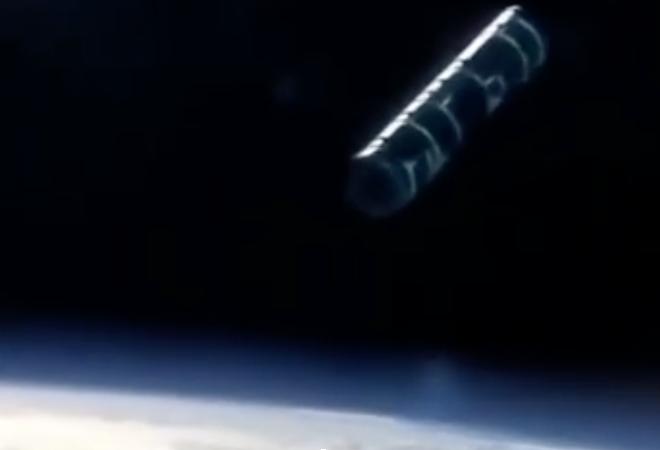 نزدیک شدن یوفوی عجیب به ایستگاه فضایی! + فیلم///