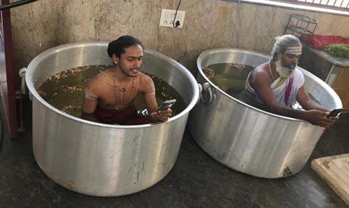 راهبان هندی موبایل به دست سوژه کاربران شدند+تصویر