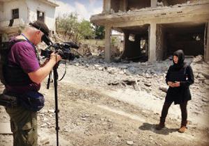 حضور گروه تلویزیونی آمریکایی با لباس تروریستها در سوریه!