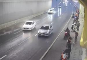 رانندهای که به دلیل لغزنده بودن خیابان، عابران پیاده را زیر گرفت + فیلم