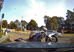 فیلم لحظه برخورد وحشتناک موتورسیکلت به خودروی سواری