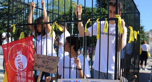 اعتراض به سیاستهای ضدمهاجرتی ترامپ با حضور در «قفس» در مقابل مقر سازمان ملل+ تصاویر
