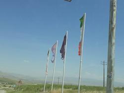 وضعیت نامناسب پرچمهای ورودی در روستای کنگر + فیلم