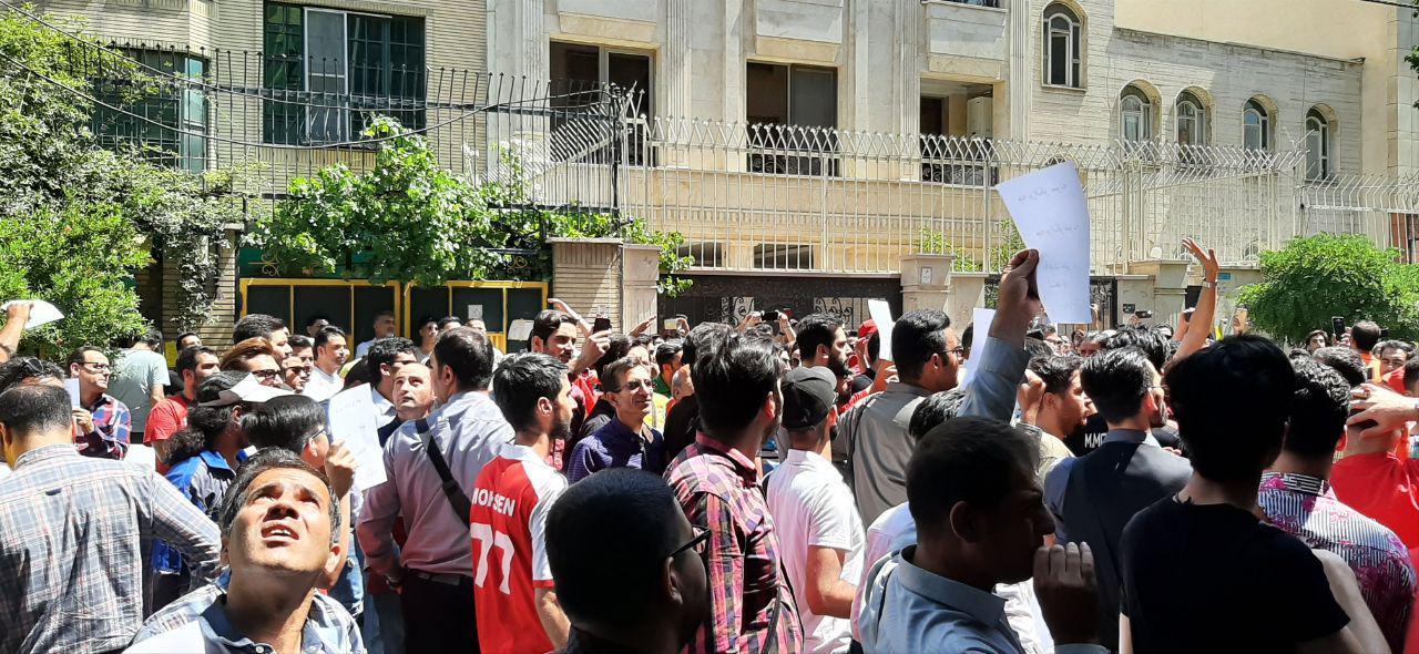 هواداران پرسپولیس خواستار برکناری خلیلی و استعفاء عرب شدند/ مدیر پرسپولیسی کتک خورد