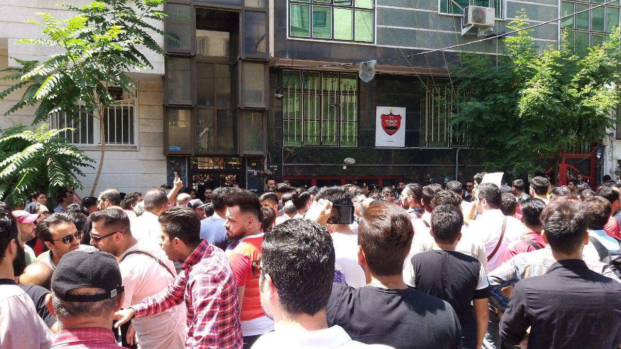 واکنش پلیس به تجمع هواداران در مقابل باشگاه پرسپولیس/ تمجع ۳۰۰ نفر به دلیل اعتراض به تصمیمات مدیریت باشگاه
