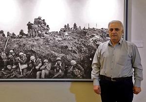 عکسی که به بدنه جامعه سیلی نزند، عکس نیست/ کمترین دروغ را در عکسهای جنگ میتوان دید/ یک بازیگر سینما قهرمان میشود، اما جایگاه عکاس جنگ کجاست؟
