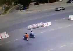 وحشتناک ترین تصادف خودروی لوکس با موتورسیکلت + فیلم