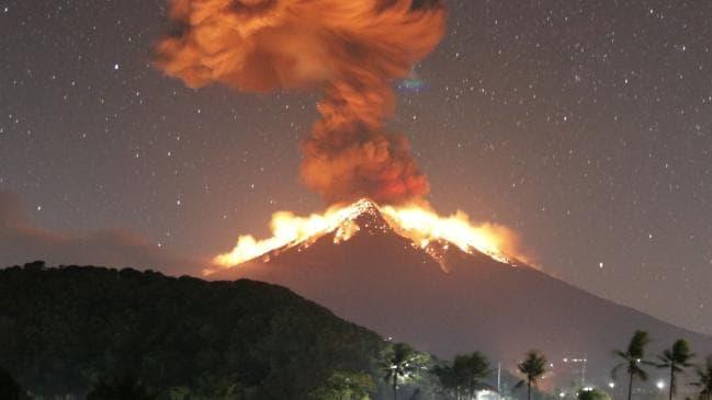لغو پروازها در پی فوران یک کوه آتشفشانی در بالی اندونزی+ تصاویر