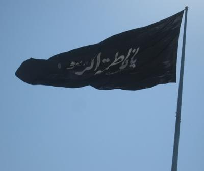 توضیحات زیباسازی منطقه ۶ در مورد نصب وارونهی پرچم یا زهرا