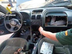 قاچاق انسان در داخل داشبورد و موتور خودرو! + تصاویر