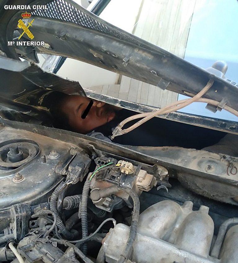 شیوههای عجیب مهاجران برای استتار با پنهان شدن در داخل داشبورد و موتور خودروها!   تصاویر