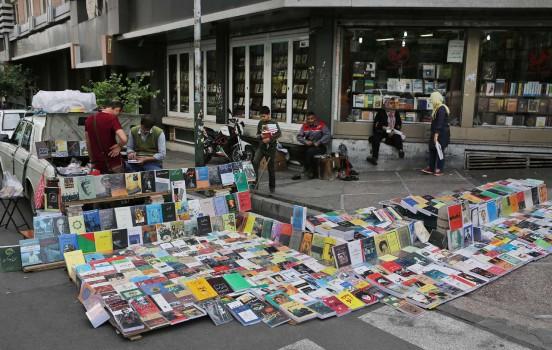 قاچاق کتاب کنار خیابان انقلاب!/ آیا دستفروشان کتاب ساماندهی میشوند؟