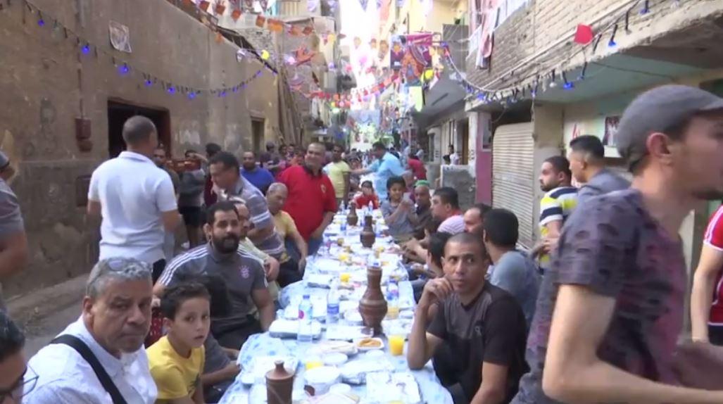 چیدن میز ۵۰ متری افطار در قاهره مصر+ تصاویر