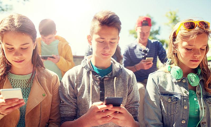 چگونه رسانه های اجتماعی بر سلامت روان نوجوانان تاثیر می گذارد؟