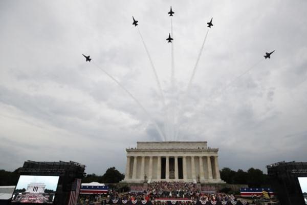 پرچم آمریکا در برابر کاخ سفید به آتش کشیده شد + تصاویر