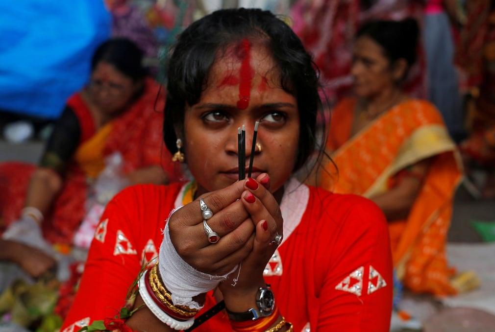 تصاویر روز: از مراسم روزه داری زنان هندی برای حفظ خانواده شان تا جارو زدن حیاط وزارت دادگستری برزیل