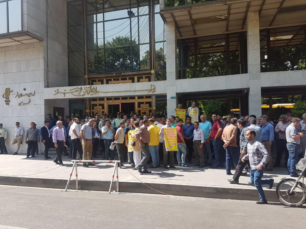 کاظمی/ تجمع رانندگان پلاک عمومی در مقابل شورای شهر با شعار
